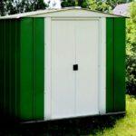 מחסן גינה ירוק עם דלת לבנה